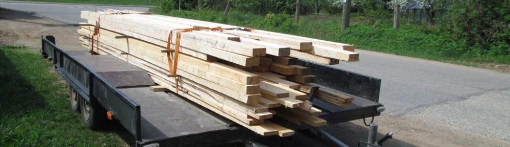 1400 kg sahatavaraa eli noin 2 kuutiota odottaa kuljetusta tontille. Ovat vähän tuoreita ja painavia, eli jatkossa kun sahatavara kuivuu, niin pinon koko kasvaa. Kärryn kanssa painoa yhteensä noin 1800 kg.