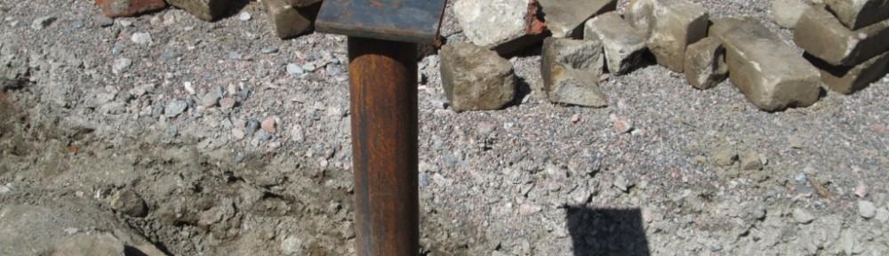 Jonkun edellisen asukkaan tiiliä tulee vastaan jatkuvasti, kun lapiolla vähän kaivaa maata. Osa tiilistä on tavallisia poltettuja savitiiliä, osa on kummallisia aivan kuin kahi-tiiliä, tai jotain sen tapaisia.