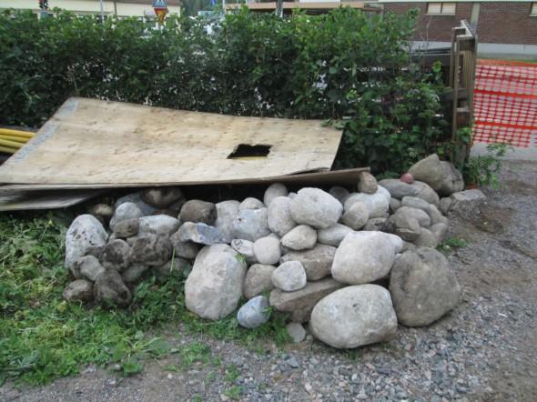 Tässä kuvassa yhden päivän aikana maan alta löytyneet pyöreät kivet. Tullaan jatkossa käyttämään esim, kukkapenkin reunuskivinä.