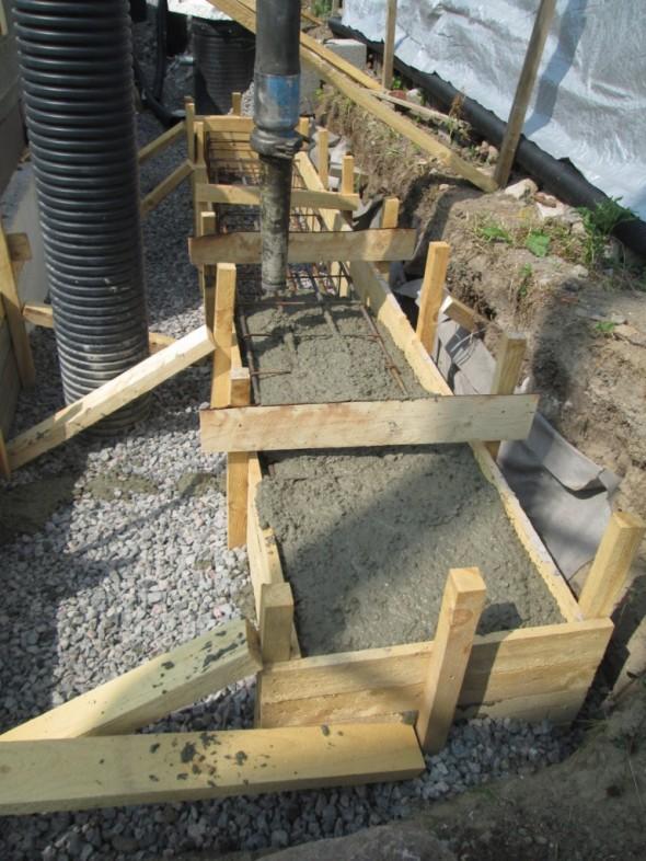 Ensimmäisellä 5 kuutiolla saatiin melkein anturat tehtyä. Siitä jatkettiin eteenpäin saumabetonilla (samaa betonilaatua mitä tuli ontelolaattojen saumoihinkin).