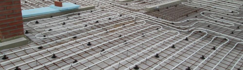 Keskimmäisen kerroksen lattialämmitysputket paikoillaan. Eli noin 250 metriä muoviputkea noin 80m2 alueella. Takan alle, kaapistojen alle ja yllättävää kyllä myöskään rappusten eteen ei piirrosten mukaan putkea tullut. Kahdelta mieheltä yhden päivän työ. Aika hurja vauhti ollut!