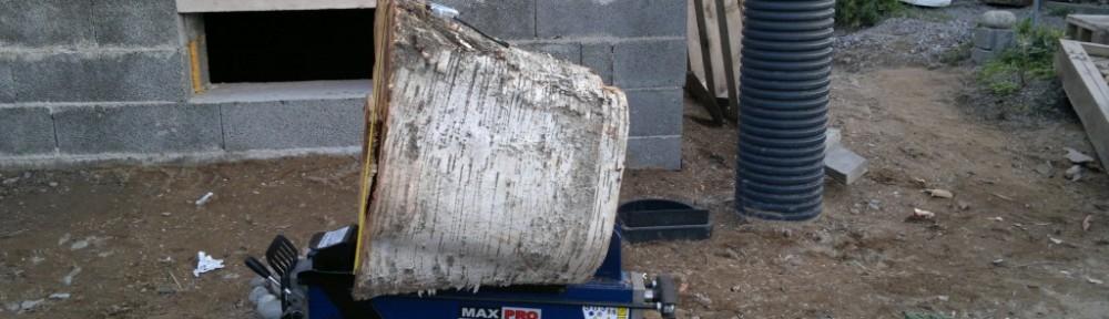 Tyven puolelta pölkyn paksuus 60 cm. Halkaisukone on itse noin 20 cm korkea. Halkaisupituus on 52 cm ja tämä mahtui juuri ja juuri siihen väliin.