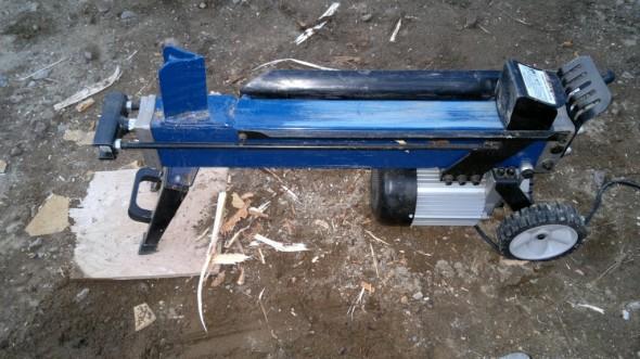 Äskeisen tyvipölkky kokeilun jälkeen huomasin että etujalat ja sen jälkeen myös moottori painuvat hiekkaan. Vanerilappu pitää koneen suorassa. Käyttöohjeissa kone neuvottiin nostamaan jonkun tason päälle, mutta isojen puiden kanssa on parempi jos kone on ihan vaan maassa. Maassa ollessaan 50 kg painavaa konetta voi myös jatkuvasti vetää minne haluaa, jos ei viitsi kanniskella painavia pölkkejä koneen luokse.