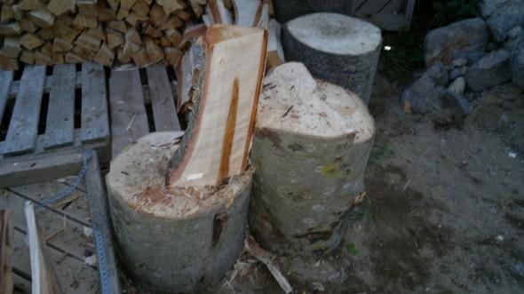 Halkaisukoneesta on eniten apua aivan ensimmäisissä halkaisuissa. Mutta onhan nämä tällaiset harrastelijakoneet kuitenkin verrattain hitaita. Nopeimmin saa valmista aikaiseksi, kun tekee ekat halkaisut koneella ja viimeiset kirveellä. Kirvestöissä voi tehdä 2 pölkkyä joista toinen on selvästi korkeampi kuin toinen. Silloin jos puu on sahattu vinoon, sen saa tällä tavalla nojaamaan toista pölkkyä, ja siihen voi lyödä lujaa. Eikä tarvitse yrittää pitää toisella kädellä halkaistavasta pölkystä kiinni, kun se haluaisi kaatua koko ajan kumoon...
