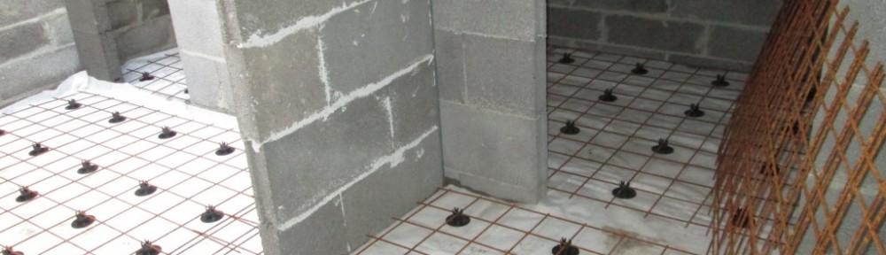 Lattialämmityksen valmisteluita kellarissa. Vasemmalla rappusten aukko ja oikealta kulku puuvarastoon. Puuvaraston perältä pääsee pikkuaukon kautta rappusten alustilaan. U-raput tehdään umpinaiseksi - muuten koira ei uskalla kulkea niissä ja se pitäisi aina kantaa.
