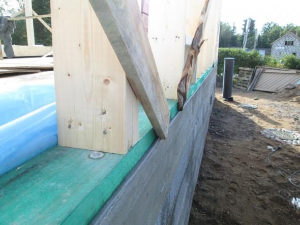 Lähikuva alaohjauspuun (käsitelty vihreällä kyllästysaineella) ja koolausten liitoksesta.