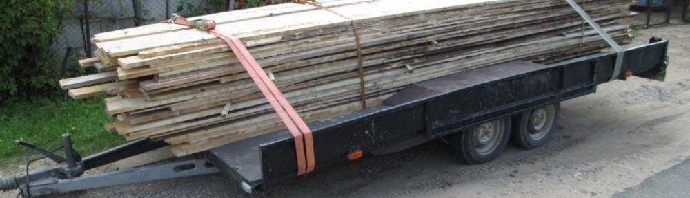 1400 metriä eli 3,5 kuutiota tellinkin rakentamiseen tarvittavaa lautaa kesämökin edessä lähdössä Virosta Suomeen. Peräkärry kävi vaakalla, ja kokonaispainoa tässä noin 1850 kg.