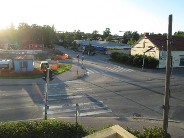 Maisemat kakkoskerroksesta ostarille päin. Naapurin raksalla alkaa olemaan betoniraudoitukset ja valumuotit aika hyvällä mallilla.