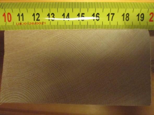 126 vuosirengasta 9 cm leveässä leikkauksessa (vinottaishalkaisija on noin 10 cm).