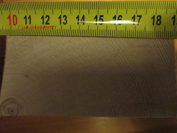120 vuosirengasta noin 9 cm leveässä leikkauksessa (vinottaisleikkaus noin 10 cm).