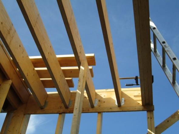 2-kerroksen lattiaa, jossa yläkerran ulkoseinä tulee 3-kertaisen kertopuun päälle (kuvassa kiinni puristimella).