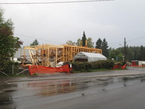 Autokatoksen liimapuurungot paikoillaan ja yläpuolisen terassin kantavat rakenteet viittä vaille valmiina, kunnes sade keskeytti tämän päivän hommat. Tässä vaiheessa rakennuksen korkeus menee noin 4 metrissä. Kun talo saadaan harjakorkeuteen asti, niin tähän tulee vielä 5 metriä lisää. Tuntuu yllättävän korkealta, kun talon viereen menee seisomaan.
