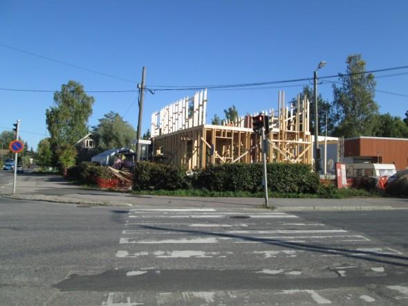 Paljon ei enää puutu, että päästään nostamaan kattotuolit paikoilleen. Yläkerran kantava väliseinä on vielä tekemättä. Pitkillä sivuilla koolausten yläpäähän tulee poikittain tupla-pattinki. Päädyissä koolaukset viedään kattotuolien ylätasoon asti.