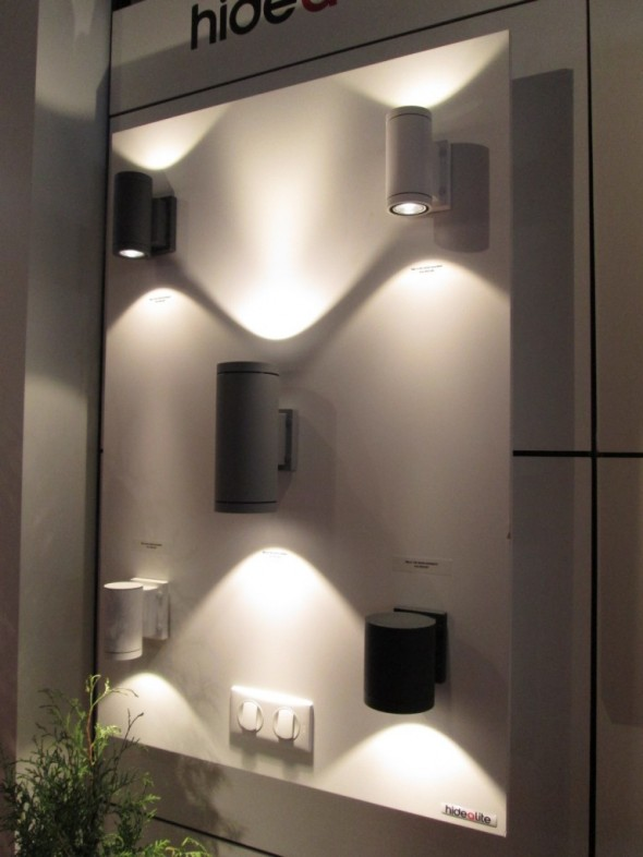 Valokeilat voi sommitella näinkin. Pitääkin harkita korkean olohuoneen sisäseinällä tai vastaavassa paikassa talon päädyssä ulkoseinällä.