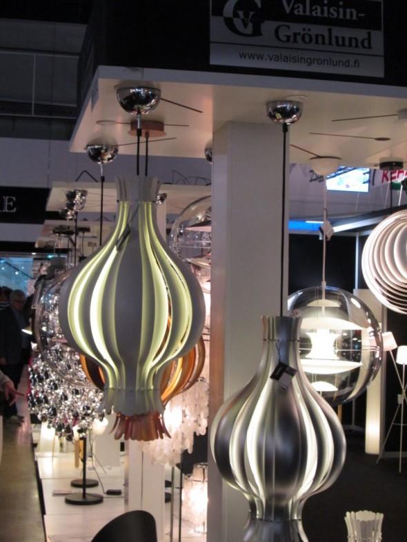 Lisää design-valaisimia. Hieno lamppu on katseenvangitsija, ja antaa vastapainoa LED-valoille.