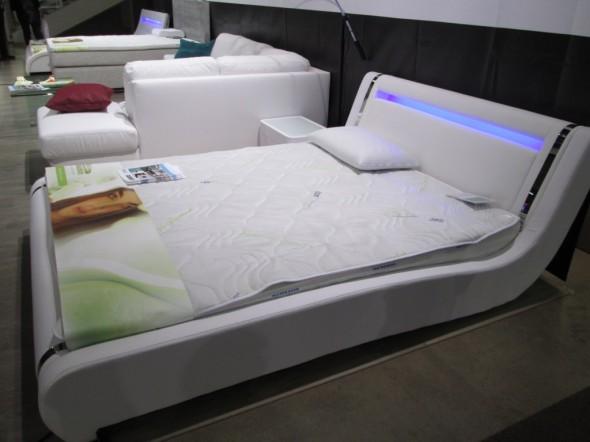 Myös sängyn päätyyn voi tehdä uran, josta tulee epäsuoraa valoa.