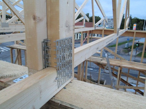 Puolikkaiden kattotuolien puolikkaissa toinen pää nojaa kantavaan sisäseinään kummastakin suuntaa. Ilmeisesti sisäseinä joutuu ottamaan vastaan aika paljon painoa, eli varmaankin saman verran mitä menee yhteensä kummallekin ulkoseinälle? Kai se on sitten niin laskettu, että tämä keskimmäinenkin seinä kestää. Tai jos ei olisi kantavaa sisäseinää lainkaan, sitten ulkoseinille tulisi koko katon paino. Ja sellaisetkin talot kestävät.