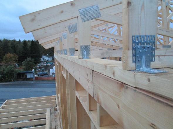 Räystäiden päät. Vasemmassa alakulmassa näkyy katetun terassin kattoa, jonka päälle tulee yläkerran avoterassi.