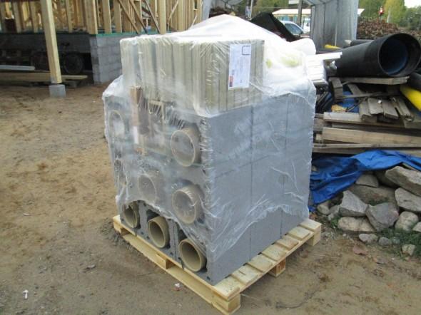 Schiedelin Rondo 160mm valmispiippu saapunut. Pituutta 2 kerroksen verran ja painoa noin tonni. Hormi lähtee 1krs ontelolaatan päältä. Kellarista 3 kerroksen läpi nouseva tiiliskivipiippu painaa 2-hormisena noin 6 tonnia (Aikaisemmassa kuvassa 215 tiiltä painoivat yhteensä 774 kiloa.