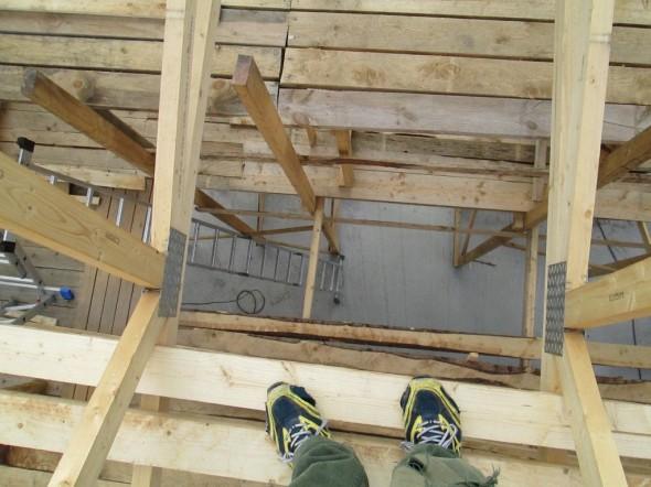 Aluskatetta laittaessa katse alaspäin. Jos astuisi askeleen verran eteenpäin, putoaisi 5,74m olohuoneen lattialle. Tältä siis näyttää korkea olohuone ylhäältä päin.