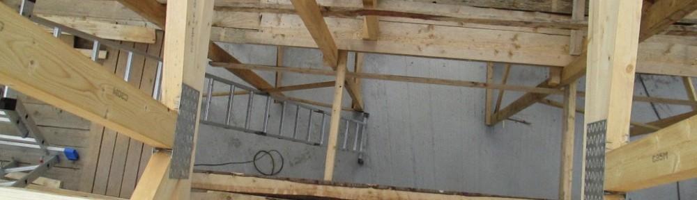 Raksakengät aidossa tilanteessa, eli tässä asennetaan aluskatteita korkean olohuoneen yläosassa. Vähän näkyy puntit raksahousuistakin, ja ainakin oikeaan lahkeeseen on sattunut osumia, en kyllä muista missä tilanteissa.