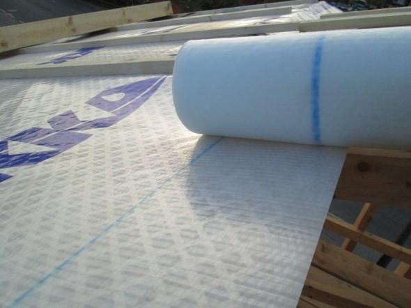 Aluskatteen asentamista helpottaa rullan päässä oleva merkkiraita, josta näkee paljonko katteen pitää mennä päällekkäin.