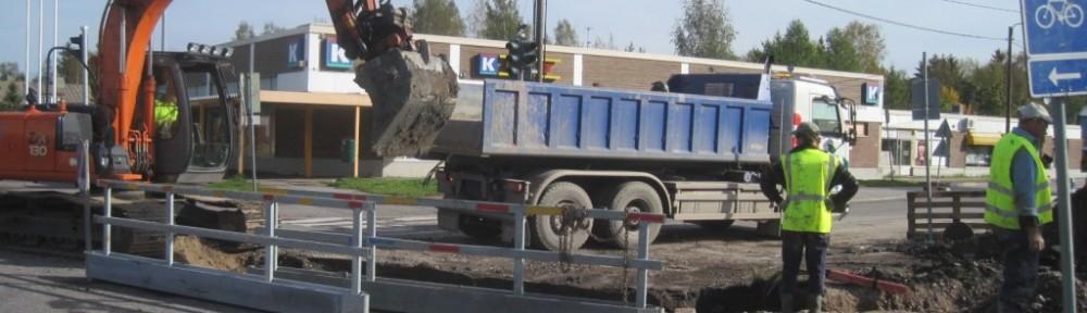 50 tuhannen euron vesiliittymää kaivetaan keskiviikkona 18.9.2013. Samana päivänä HSY väittää kertoneensa oikean kaivuukohdan, joka sijaitsi suunnilleen kuorma-auton valkoisen hytin kohdalla. Välttämättä tätä vesiliittymää ei tulla koskaan käyttämään puhtaan veden osalta. Viemäriliittymä ja hulevesiliittymä ovat käytössä jo nyt. Ei olla tosin maksettu näistäkään vielä mitään vesimaksuja, eikä vesimittaria ole asennettu. Jos jätevesimaksuihin liittyen tulee yhteydenotto, niin samalla tietysti haluan, että käydään läpi myös isommat asiat, eli vesiliittymätöiden kustannusvastuut. Vesilaitos ei tähän mennessä ole ollut erityisen halukas yhteyttä pitämään, ja mm. vahingonkorvausvaatimukseen vastausta saatiin odotella noin puolisen vuotta. Talon valmistumisen jälkeen asian käsittely voi hyvinkin jatkua vielä käräjillä, mutta rakentamisen kestäessä ei nyt samanaikaisesti lisää kustannuspaikkoja avata. Asian vanhentuminen kestää 3 vuotta, ja vanhenemisajan laskenta lähti käyntiin 25.9.2012, jolloin viimeistään varmistui se, että vesilaitoksen putkistokuvat eivät pitäneet paikkaansa, eikä vesilaitos liittymäsopimuksen mukaisesti ole kyennyt osoittamaan paikkaa, jossa vesiliittymä voitaisiin tai pitäisi tehdä. Nokkela kaivurikuski löysi lopulta oikean paikan kolmannessa kuopassa miinaharavan avulla, ja enempien turhien kustannusten kertyminen loppui sillä kertaa siihen.