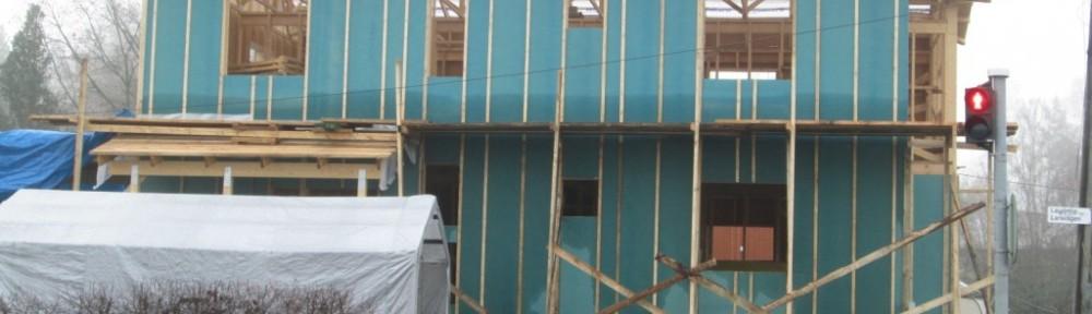 Kastuu ne tuulensuojalevyt näköjään pohjoisen puoleisella seinälläkin. Räystäs suojaa seinää kastumiselta vain noin 3 metrin matkalla. Ikkuna-aukon korkeus on 140 cm. Veikkaisin, että ilmastomuutoksen myötä sateet lisääntyvät ja sen myötä kunnollisen levyiset rästäät tulevat yleistymään. Meillä räystään leveys on puoli metriä.