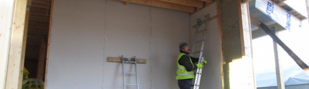 Autokatokseen tulossa EI 30 -palokatkoksi 15 mm palonsuojakipsilevy. Tässä vaiheessa tehdään vain seinät, katto tehdään keväällä sen jälkeen kun tarassin vesikatto on tehty ensin. Nyt viimeinenkin seinä on saatu umpeen.