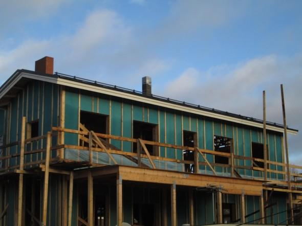 Katolla menossa kattoturvatuotteiden kiinnitys. Lumiesteet on jo asennettu. Seuraavaksi on tulossa piipuille pellitykset ja piipunhatut.