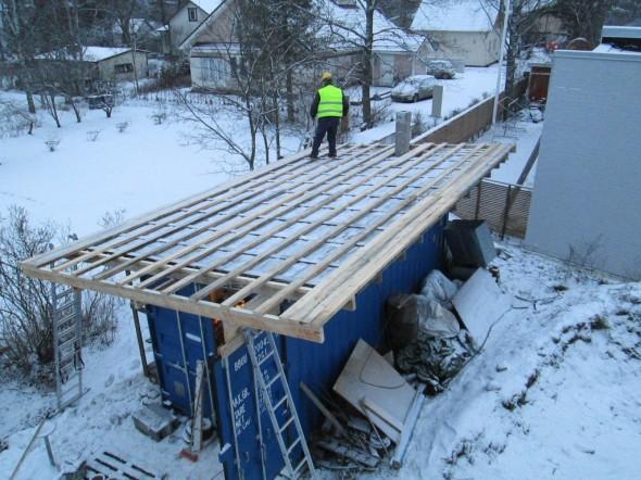 Merikontille tehdään parempi katto. Tähän asti oli pelkkä pressukatto. Nyt tulee peltikatto, joka on samaa peltiä mitä talonkin katolla. Savupiippuakin on tehty kontin katolle, eli kontissa voidaan kuivata mm. puutavaraa, jos kosteusprosentit on muuten liian korkeat. Tarpeen vaatiessa saunan kiukaan avulla puu kuivuu äkkiä.