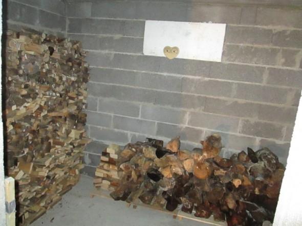 Saunan löylyhuone tällä hetkellä. Merikontin räystään alla olleet puut on nyt siirtyneet tänne, ja palavat pikkuhiljaa saunan kiukaassa talven aikana.