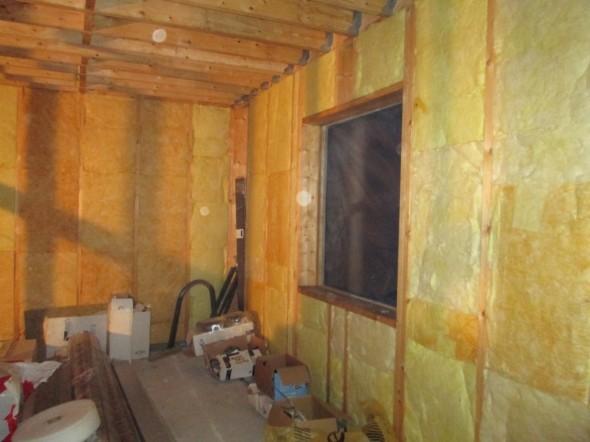 Keittiön seinät alkaisi olla valmiina. Ikkuna-aukot on suojattu väliaikaisesti muovilla.