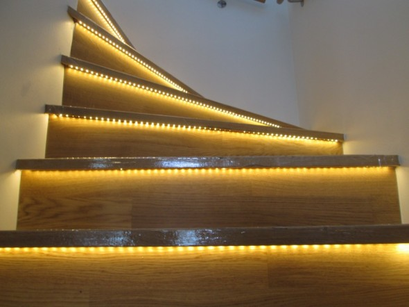 """Hyvinkään asuntomessut 2013. LED-valonauhaa umpirapuissa. (Kameralla kurkistettu """"rappujen alle, normaalisti kävellessä lavonauha ei näy noin selvästi)"""