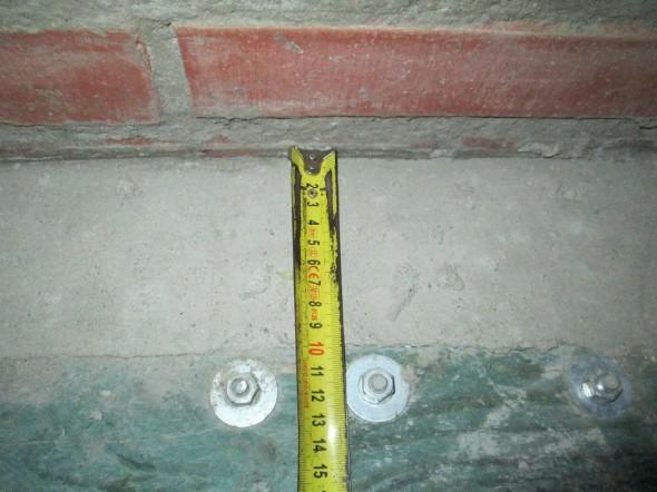 Paikalla muuratussa piipussa pitää olla vähintään 100 mm palaviin rakenteisiin. Muutama koolauspuu tuli vahingossa liian lähelle, joten veistettiin sitten pala puusta pois ja täytettiin se betonilla. Betoni ei ole palava materiaali. Mitään järkeä tässä ei ole, koska 5700 kg painava 2-horminen tiilipiippu ei ikinä kuumene niin paljon, että ulkopuolella oleva puu voisi syttyä, mutta määräykset on määräyksiä, ja niitä on pakko noudattaa.