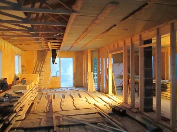 Yläpohjan teko etenee, jäykkiä villoja asennetaan kattotuolien väliin. Nyt tukena näkyvät laudat otetaan hetkeksi pois, sitten laitetaan höyrynsulkumuovi, ja sitten varsinainen harvalaudoitus siihen alle.
