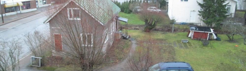Tällä kertaa lähin putkirikko sattui LVI-Trion pihan kohdalla (kuvassa harmaan talon taustalla lipputangon juurella seisovan pakettiauton kohdalla). Tämä kuva otettu pari päivää ennen putken rikkoutumista. Vielä ei ainakaan tässä kuvassa näkynyt vettä kadulla.