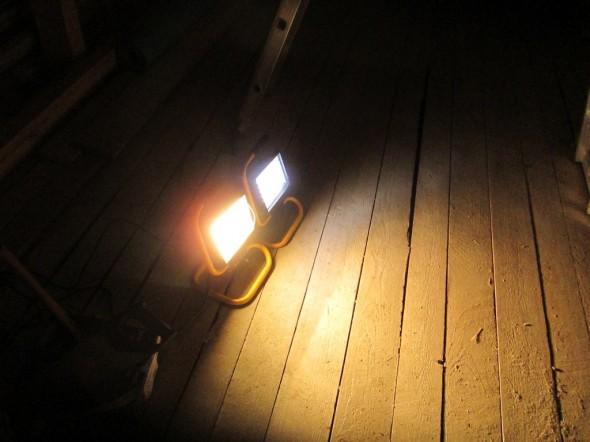 Vasemmalla 400W Halogen työvalo. Oikealla sama versio LED-valona, ja siinä 48 pientä LED-valoa, joiden kunkin teho on 0,06W, eli kokonaiskulutus on vain 2,88W. Lamppuja tuijottaessa ero ei ole kovin suuri. Toki sen nyt näkee sekä ihmissilmä että kamerakin, että eroa on.