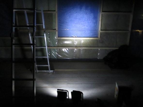 Nyt LED-työvalaisin palaa ja halogen on sammutettuna. Tässä valaistuksessa ei huvita tehdä mitään. Valon väri on kummallinen ja tuo mieleen lähinnä avaruusaiheiset tieteisfilmit. Mikäli jossain on jatkuvan valaistuksen tarve tai tarvitaan pitkiksi ajoiksi kirkasta kohdevaloa, niin silloin tämä 2,88W -tehoinen valaisin on varmasti paikallaan, eli voi epäsuoralla valolla valaista vaikka puutarhassa jotain, tai pimeällä käytävällä ei tarvitse kompuroida, jos tällainen valaisin palaa jossain yötä-päivää. Mutta ei tässä valossa mitään töitä pysty tekemään.