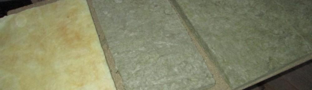 5 sentin eristevilloja. Vasemmalta alkaen Isoverin lasivillaa, keskellä Parocin kivivillaa ja oikealla Rockwoolin kivivillaa. Ekovillaa en ole omaan talooni hankkinut edes kokeeksi.