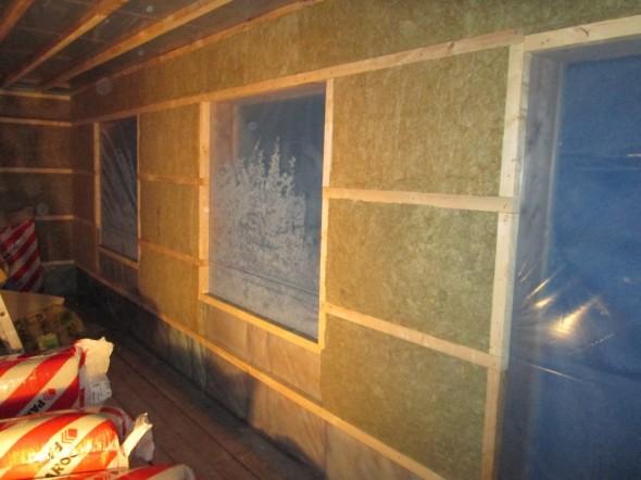 Valmista seinää. Seinän väri muuttuu tässä vaiheessa Isoverin keltaisesta Parocin ja Woolrockin vihertäväksi.