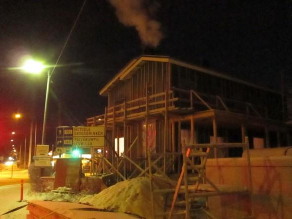 Tiilipiipusta näin savu kohoaa... 5700 kiloinen tiilihormi varaa lämpöä aika hyvin, vastannee yhtä takkaa.