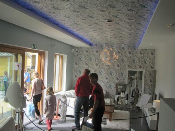 Asuntomessu -talo Tampereella 2012. Voisiko tämän kattoidean kopioida korkeaan olohuoneeseen?