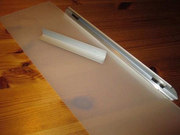 DIY eli Do-it-yourself -valo pleksistä ja kulmalistoista. Siis jos vaan leikkaa suoria linjoja (alumiinilista ei oikein taivu mutkalla), niin mahdollisuuksia lienee rajattomasti. Esim. kipsilevyseinään voi leikata aukkoja, kattopaneeleita voi jättää pois, talon ulkoseinästä voi jättää vuorilaudasta palan pois, ja laittaa tarrakirjaimilla pleksiin talon katunumeron yms. Tästä mahdollisuudesta itse asiassa vähän innostuinkin, että keksisikö tämän pohjalta jonkun tosi hyvän idean? Kuvassa Adluxin Pekalta saatuja näytepaloja.