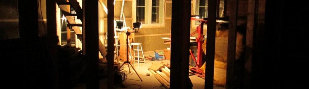 Työvalot olohuoneessa (näkymä kirjaston puolelta).