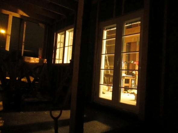 Valoa ikkunoista. Näkymä takapihan katetulta terassilta.