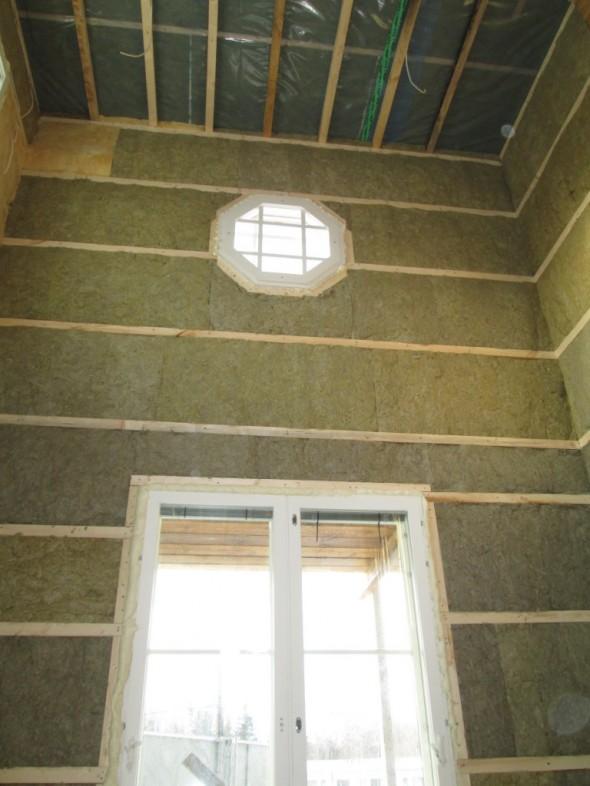 8-kulmaiselle ikkunalle laitetaan varmaankin jouluvalaistusta jouluisin. Se varmaan onnistuu esim. 3-osaisella jatkettavalla tikapuulla.