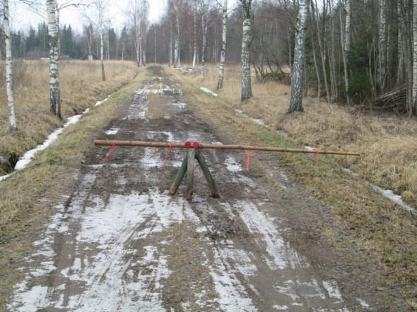 Tie Urvasten Lepan tilalle 15.2.2014. Tämän jälkeen satoi 2 päivää vettä. Ei tämmöinen tie kestä suojakelillä ja liejuisena tukin ajoa, eli puut jäivät metsään.