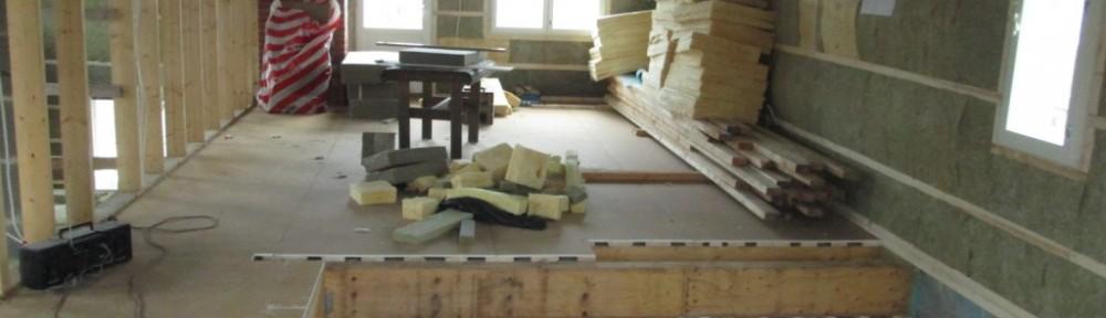 Makuuhuoneiden lattiassa harvalaudoitus ja ensimmäinen kipsilevykerros paikoillaan. Seuraavaksi tulee soirotettua kipsilevyä, ja sinne väleihin lattialämmitysputket.