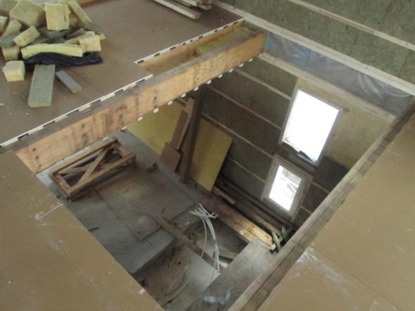 Kurkistus porrasaukkoon. Portaisen vasemmalle asemmalle laidalle tulee putkihormi (kohta jossa kipsilevyt on jätetty lyhyemmäksi).